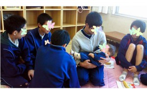 赤ちゃんを抱く 職場体験中の様子