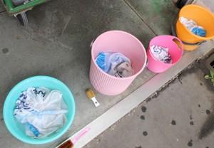 バケツに入れた洗い物